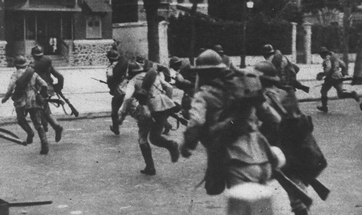 <strong> Soldados legalistas</strong> <strong> dirigem-se</strong> ao 3&ordm; Regimento de Infantaria, na Urca (Rio de Janeiro)