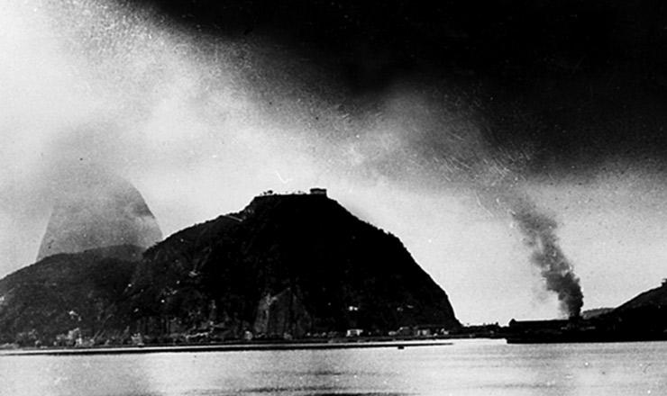 <strong> Inc&ecirc;ndio no 3&ordm; RI&nbsp;</strong> ap&oacute;s bombardeio pelos legalistas, visto da ba&iacute;a de Guanabara&nbsp;