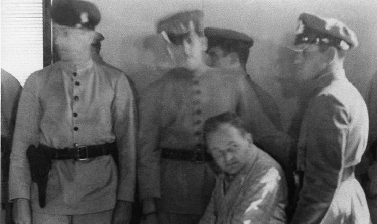 <strong> Harry Berger durante interrogat&oacute;rio, </strong> cercado por milicianos da Polícia Especial