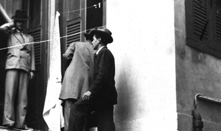 <strong> Policiais na casa de Prestes</strong> no bairro carioca do M&eacute;ier, em 5 de mar&ccedil;o de 1936&nbsp;