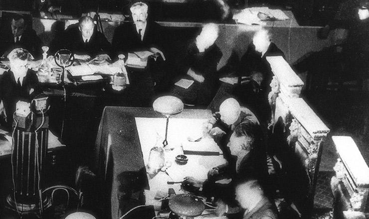 <strong> Sala de audiências durante julgamento </strong> de acusados de crimes contra o Estado soviético
