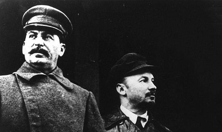 <strong> Nikolai Bukharin</strong> (&agrave; direita) seria&nbsp;julgado e executado em 1938, a mando de Josef St&aacute;lin (&agrave; esquerda)&nbsp;