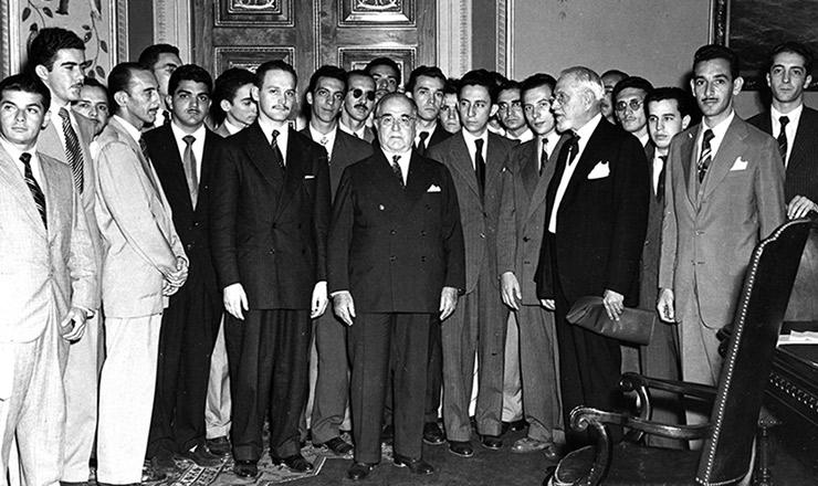 <strong> Getúlio Vargas recebe a diretoria da UNE </strong> no palácio do Catete