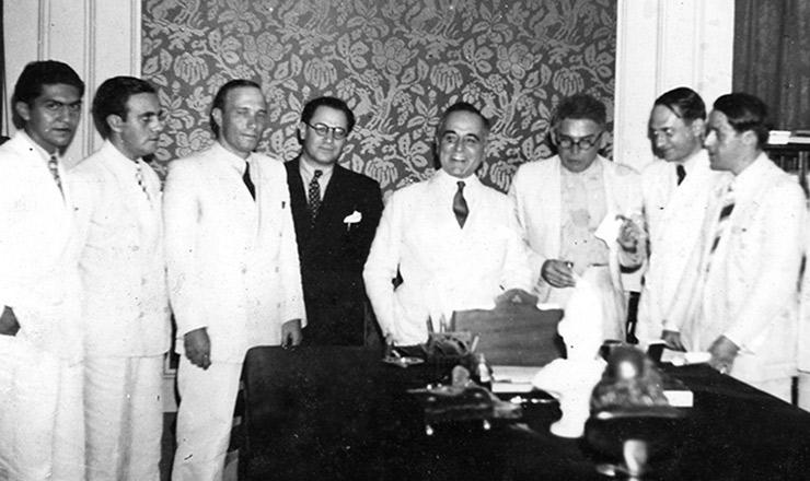 <strong> O presidente Getúlio Vargas recebe </strong> jornalistas por ocasião da criação do Ipase&nbsp;