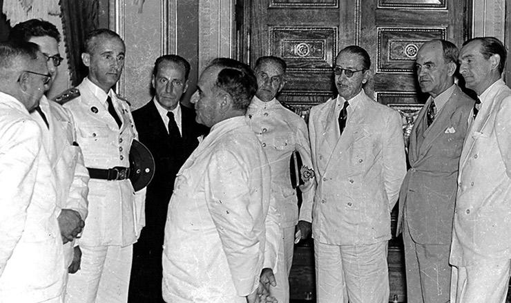 <strong> Getúlio Vargas com membros do Conselho Nacional do Petróleo, </strong> entre eles seu presidente, o general Horta Barbosa (primeiro à esquerda)