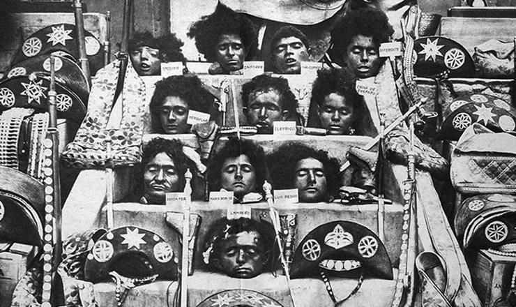 <strong> Cabeças dos cangaceiros</strong> mortos em Angicos, expostos numa escada ao lado de suas armas e demais pertences apreendidos&nbsp;