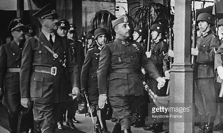 <strong> General Francisco Franco, j&aacute; vitorioso, desfila </strong> ao lado de Adolf Hitler ante tropas nazistas, em 1940<strong> </strong>