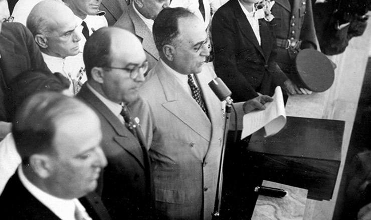<strong> Da sacada do Ministério do Trabalho, Getúlio Vargas anuncia pacote </strong> de medidas de proteção aos trabalhadores. À sua direita (de óculos), o ministro do Trabalho, Valdemar Falcão