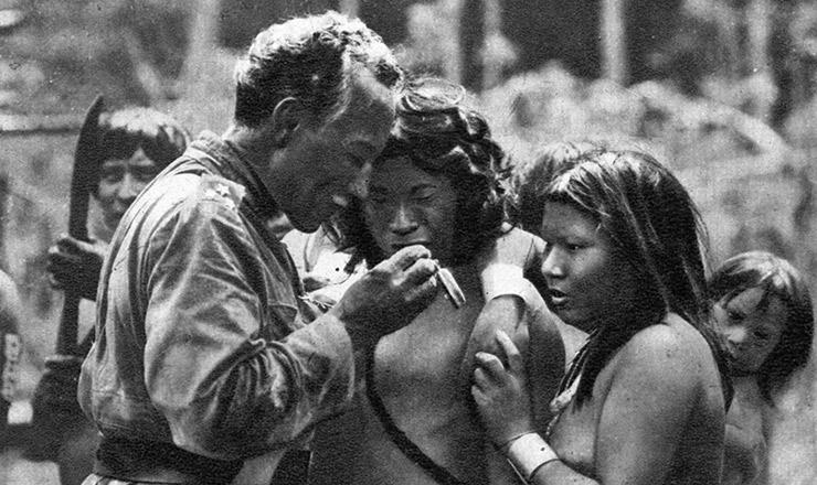 <strong> Rondon mostra </strong> um rel&oacute;gio a índios cainãs&nbsp;