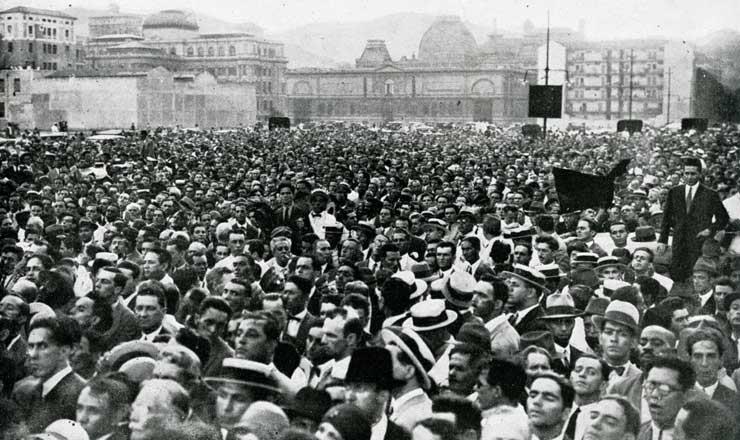 <strong> Multid&atilde;o na Esplanada do Castelo,</strong> &nbsp;Rio de Janeiro, ouve atenta o discurso de Get&uacute;lio Vargas&nbsp;