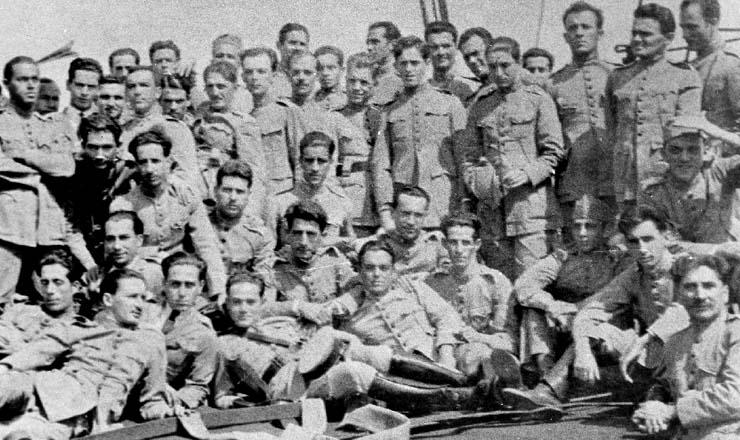 <strong> Revolucion&aacute;rios de 1924 &mdash;</strong> &nbsp;entre eles, o futuro general-presidente&nbsp;Castelo Branco (em p&eacute;, o 2&ordm; a partir da direita)
