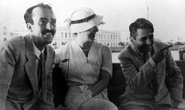 <strong> O artista plástico Cícero Dias, </strong> a escritora Carolina Nabuco e Gilberto Freyre no Recife, 1936