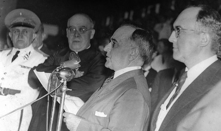 <strong> Get&uacute;lio discursa </strong> no est&aacute;dio<strong> </strong> de S&atilde;o Janu&aacute;rio, na festa de 1&ordm; de maio de 1940