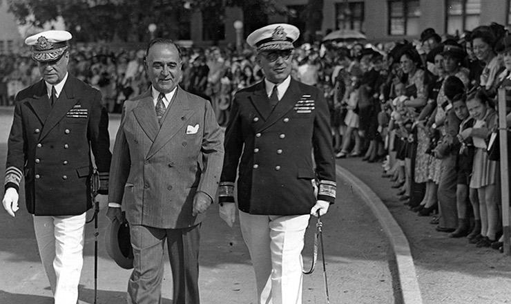 <strong> Vargas participa</strong> das solenidades do anivers&aacute;rio da Batalha do Riachuelo, entre o comandante Lemos Bastos (&agrave; sua esquerda) e o ministro Aristides Guilhem, da Marinha&nbsp;