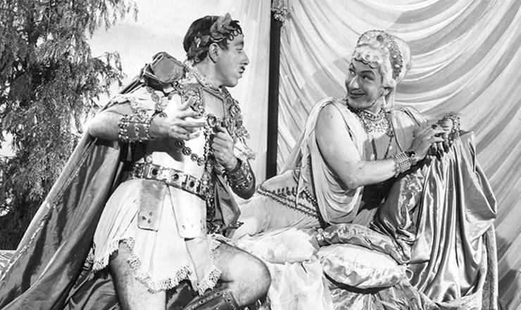 """<strong> José Lewgoy (""""Páris"""") e Oscarito (""""Helena de Troia"""") contracenam</strong> na chanchada """"Carnaval Atlântida"""" (1952), de João Carlos Burle e Carlos Manga"""