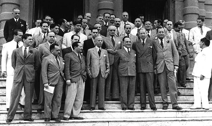 <strong> Vargas (ao centro) com integrantes </strong> da reunião dos chanceleres americanos emPetrópolis