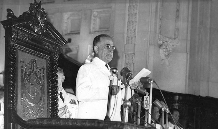 <strong> Getúlio Vargas faz o discurso </strong> de abertura da reunião dos chanceles americanos, no palácio Tiradentes, Rio de Janeiro