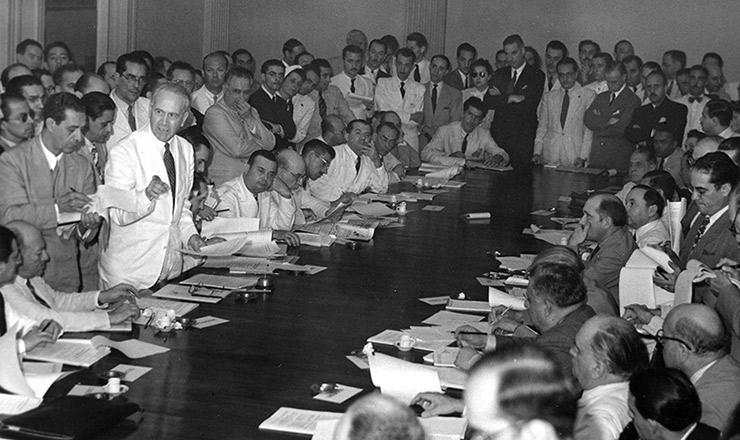 <strong> De terno branco, Osvaldo Aranha se pronuncia</strong> durante reunião de chanceleres americanos no Ministério das Relações Exteriores (Itamaraty)
