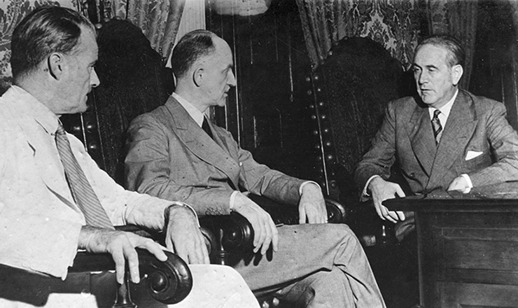 <strong> Jefferson Caffery, </strong> embaixador dos EUA, e Summer Welles, representante daquele país na reunião dos chanceleres, discutem acordos com Osvaldo Aranha, ministro das Relações Exteriores do Brasil