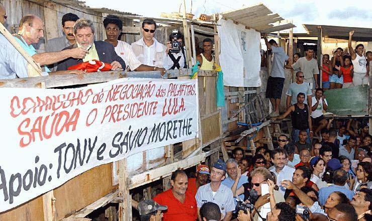 <strong> Lula e ministros </strong> visitam Bras&iacute;lia Teimosa, na periferia do Recife. Atr&aacute;s do ex-presidente est&atilde;o o prefeito de Recife, Jo&atilde;o Paulo e a ministra da Assist&ecirc;ncia Social, Benedita da Silva