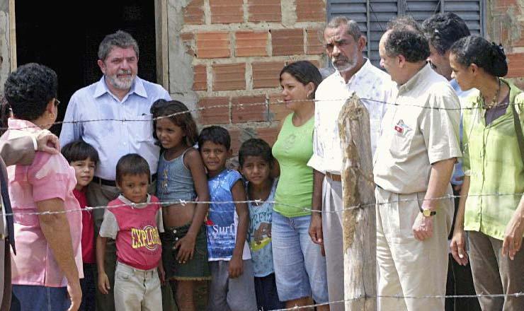 <strong> Lula </strong> faz visita a casa de moradores em Bras&iacute;lia Teimosa, na periferia do Recife. Ao lado est&atilde;o os ministros Crist&oacute;vam Buarque (Educa&ccedil;&atilde;o), Marina Silva (Meio Ambiente) e Ol&iacute;vio Dutra (Cidades)