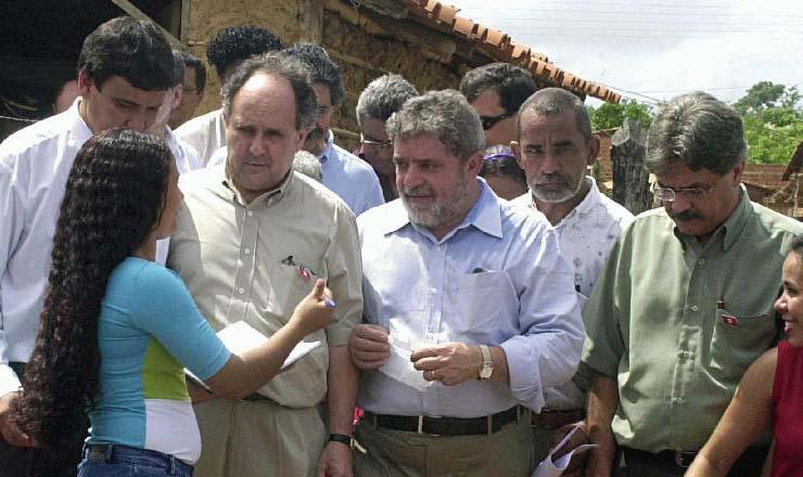 <strong> Ao lado do ministro da Educação</strong> , Cristóvão Buarque e do governador do Piauí, Wellington Dias, Lula conversa com moradora de Brasília Teimosa