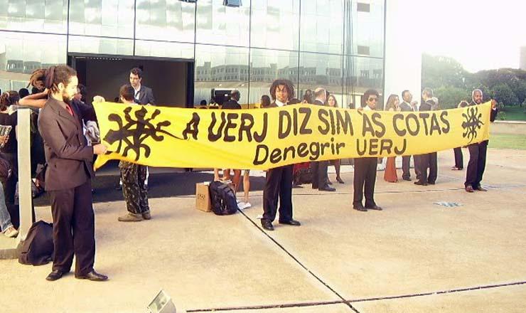 <strong> Ativistas do movimento Denegrir fazem manifestação </strong> em frente ao STF, em 2010, para garantir a manutenção das cotas raciais na Uerj