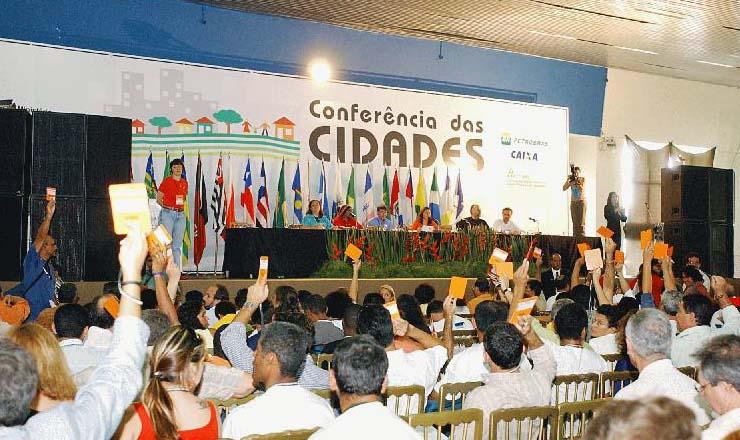<strong> Delegados da 1&ordf; Confer&ecirc;ncia Nacional das Cidades</strong> , que reuniu 2.500 representantes, votam em plen&aacute;ria