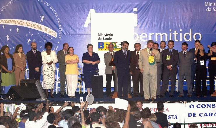 <strong> O presidente Lula e o ministro Humberto Costa discursam</strong> na plen&aacute;ria da Confer&ecirc;ncia da Sa&uacute;de, que levou mais de 4&nbsp;mil pessoas a Bras&iacute;lia