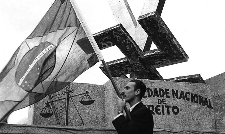 <strong> Ostentando a bandeira brasileira, estudante desfila </strong> ao lado de carro aleg&oacute;rico criado pela Faculdade Nacional de Direito