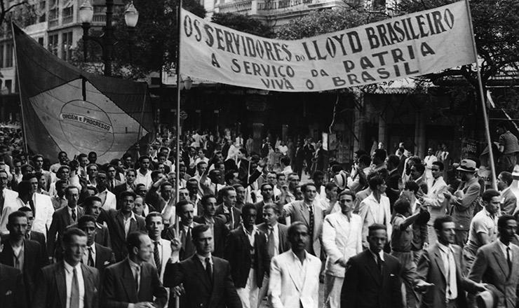 <strong> Manifestação contra o afundamento </strong> de navios brasileiros, agosto de 1942&nbsp;