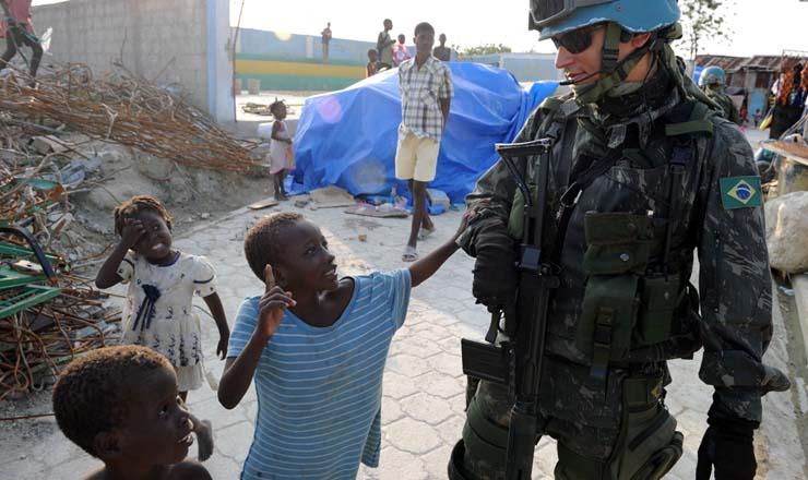 <strong> Crianças haitianas abordam soldados brasileiros</strong> da Minustah