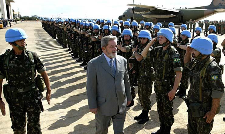 <strong> Antes de embarcarem para o Haiti, o presidente Lula passa em revista </strong> as tropas brasileiras que integrarão a Minustah, na base aérea de Brasília
