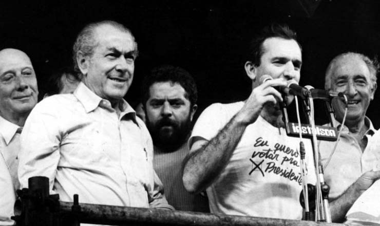 <strong> Ulysses Guimar&atilde;es, Brizola, Lula, Osmar Santos e Franco Montoro, </strong> no palanque&nbsp;de um com&iacute;cio pelas Diretas J&aacute; em 1984