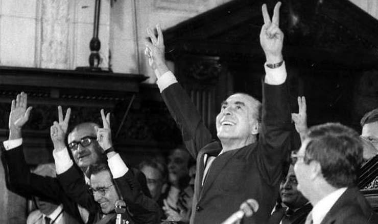 <strong> Brizola eleito </strong> governador do Rio de Janeiro, em 1982; &agrave; sua direita, Darcy Ribeiro