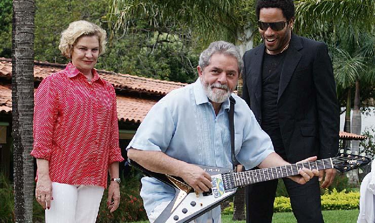 <strong> Cantor norte-americano Lenny Kravitz </strong> (de &oacute;culos) doa guitarra para o programa Fome Zero