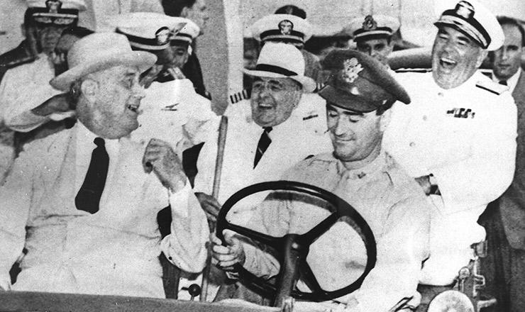 <strong> Franklin Roosevelt</strong> (no banco da frente) conversa com Vargas em Natal, durante o encontro dos dois chefes de Estado