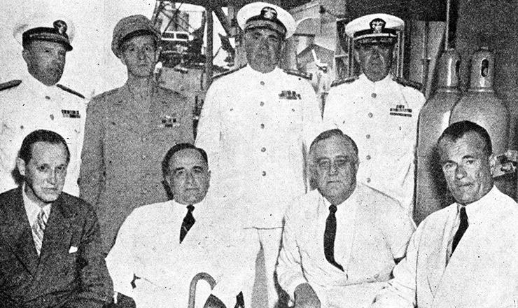 <strong> Encontro em Natal: Vargas, o presidente Roosevelt </strong> e o embaixador dos Estados Unidos Jefferson Caffery (sentados, de branco)&nbsp;