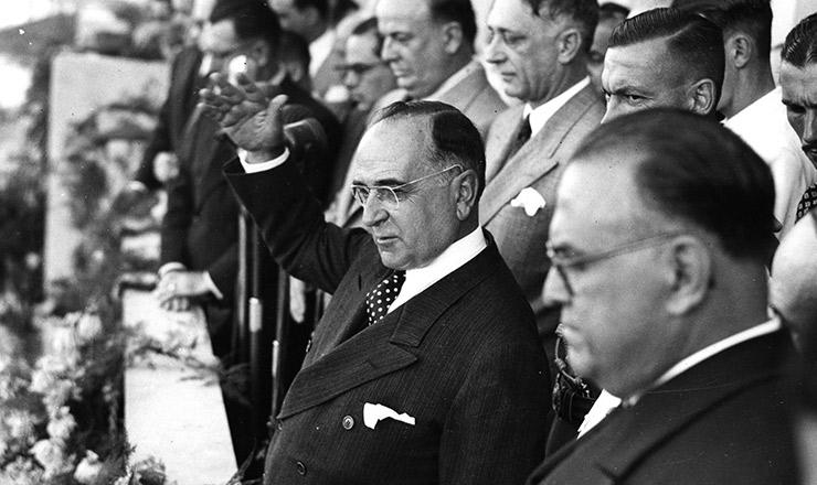 <strong> Getúlio Vargas anuncia </strong> a CLT, na tribuna do Ministério do Trabalho