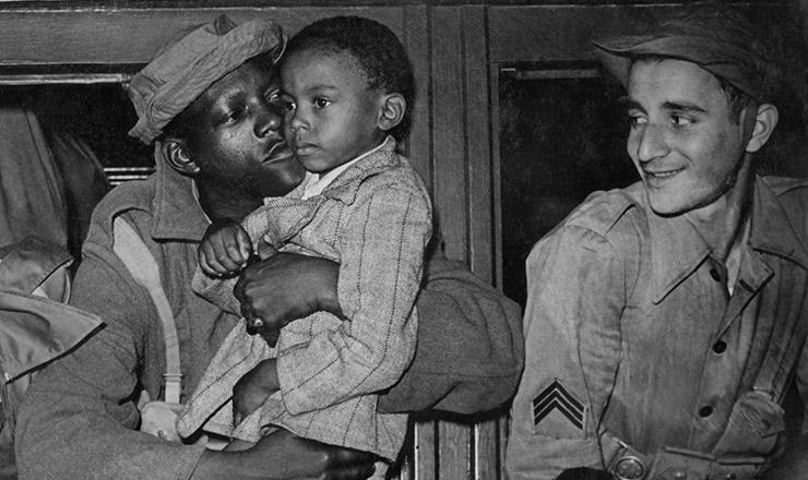 <strong> &quot;Boneca&quot;, um dos mais populares soldados do grupo de obuses da FEB, beija o filho em seu colo: </strong> pracinhas se despedem da fam&iacute;lia antes de partirem para a It&aacute;lia