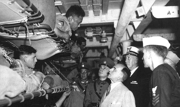 <strong> O presidente Get&uacute;lio Vargas visita </strong> o 1&ordm; escal&atilde;o da FEB a bordo do navio norte-americano&quot; USS General W. A. Mann&quot;