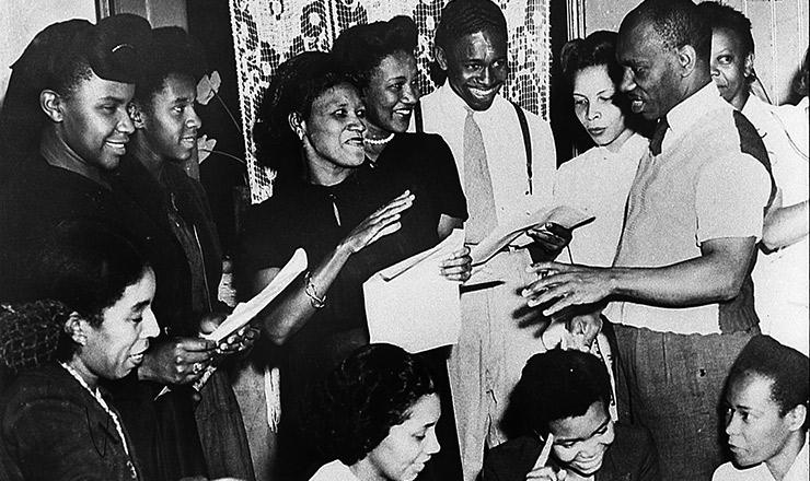 <strong> Dirigidos por Abdias do Nascimento</strong> (à direita), atores do Teatro Experimental do Negro fazem a leitura da pe&ccedil;a &ldquo;Vig&iacute;lia do Pai Jo&atilde;o&rdquo;