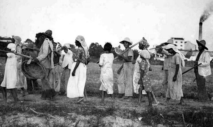 <strong> Trabalhadores de cana </strong> em Pernambuco, no in&iacute;cio dos anos 1930