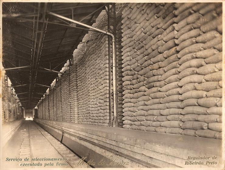 <strong> Sacas de café empilhadas</strong> &nbsp;em depósito de armaz&eacute;m regulador em Ribeirão Preto, interior de São Paulo&nbsp;