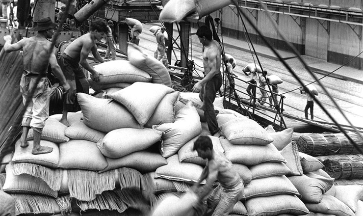 <strong> Sacas de caf&eacute; s&atilde;o embarcadas </strong> para exporta&ccedil;&atilde;o no porto de Santos