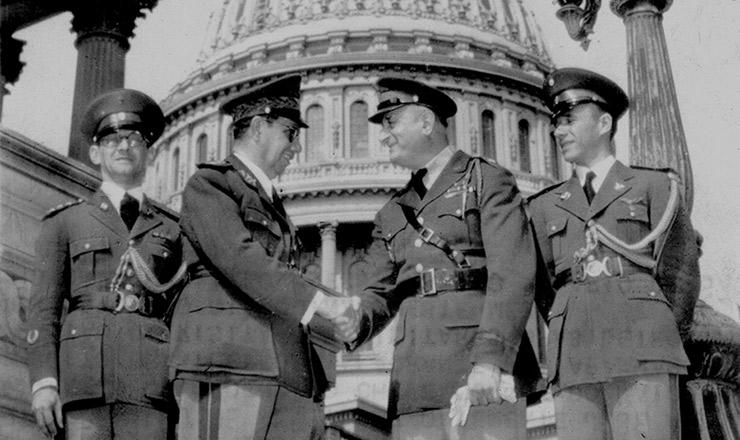 <strong> General Góis Monteiro, chefe do Estado-Maior do Exército brasileiro, cumprimenta</strong> o general John Crane (à direita), chefe de relações exteriores do setor de Inteligência dos EUA. Washington, outubro de 1940