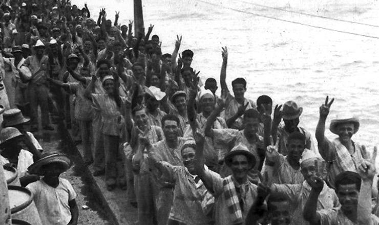 <strong> Flagelados pela seca, trabalhadores nordestinos aguardam </strong> transporte que os levar&aacute; aos seringais&nbsp;