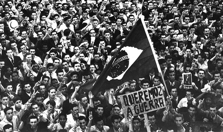 <strong> Popula&ccedil;&atilde;o protesta</strong> contra o torpedeamento de navios brasileiros e exige guerra&nbsp;