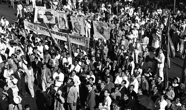 <strong> Em manifesta&ccedil;&atilde;o promovida pela UNE, estudantes desfilam</strong> no Rio de Janeiro, empunhando cartazes com o retrato dos l&iacute;deres dos pa&iacute;ses aliados