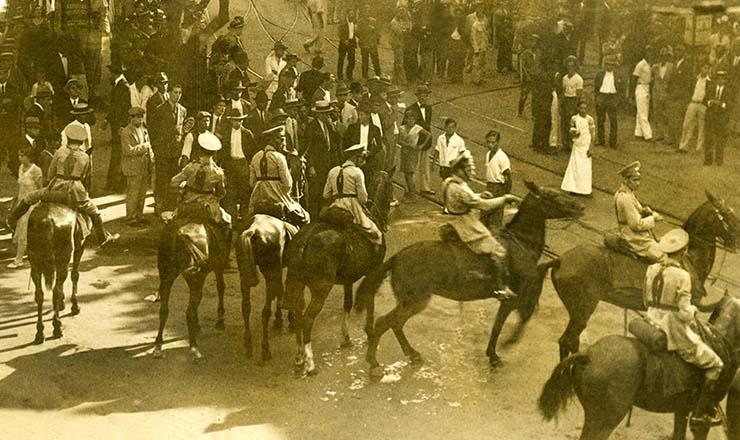 <strong> No centro do Rio de Janeiro, pol&iacute;cia a cavalo tenta impedir</strong> a Marcha da Fome  &nbsp;